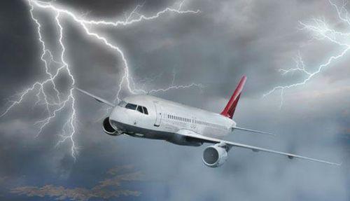 Молния попала в самолет с испанской сборной